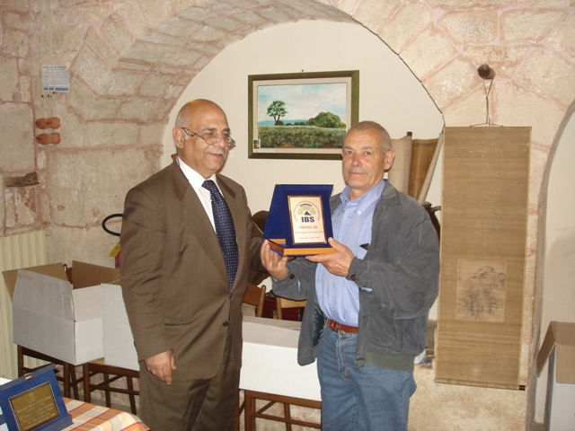 The I.B.S. plaque granted to Mr. Sergio Bassi, withdrawn by Mr. Giuseppe De Vita